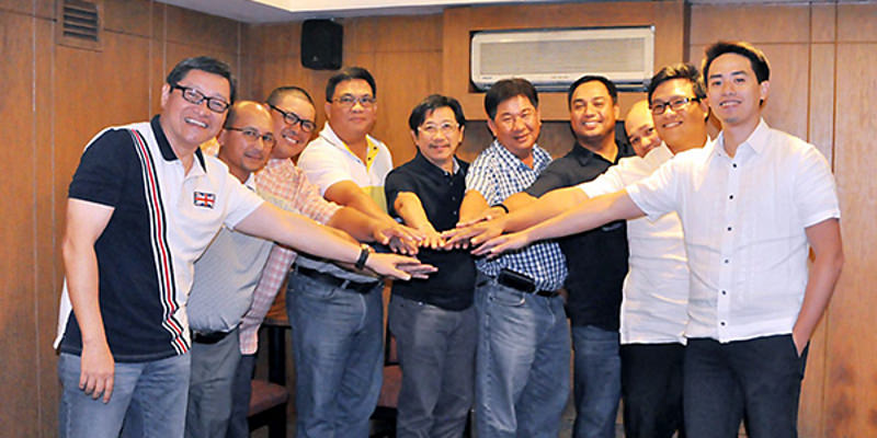 Sta. Lucia Land chairman Vicente Santos (fifth from left) joins hands with the other general managers of the real estate firm's golf clubs after the launch of the Sta. Lucia Amateur Golf Tour. In photo are, from left, Tom Clemente, Francis Montallana, Raymond Bunquin, Vince Lopez, James Balagtas, Ray Sangil, Elson Alvaran, and tour co-chairs Vince Santos and Jason Robles.